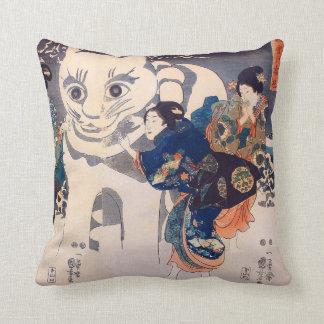 猫の雪だるま,国芳 Snowman of big Cat, Kuniyoshi, Ukiyo-e Throw Pillow