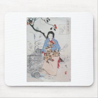 028 - Señora Chiyo y el agua quebrada Bucket.jpg Tapete De Raton