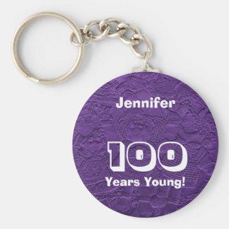 100 años de llavero púrpura joven de las muñecas