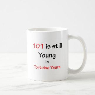 101 años de la tortuga taza de café