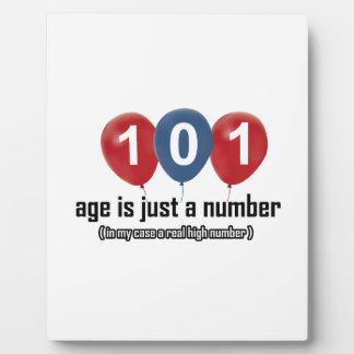 101 años nada pero un número diseñan placa de madera