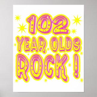 ¡102 años de la roca! Impresión (rosada) del Póster