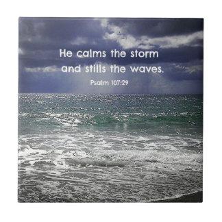 107:29 del salmo él calma la tormenta y calma… azulejo cuadrado pequeño