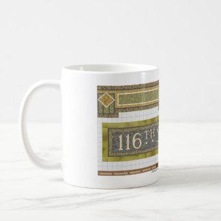 116th Mosaico del subterráneo del St NY Taza Básica Blanca