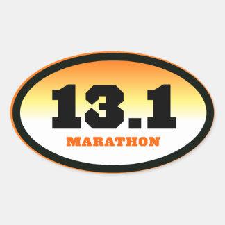 13,1 medio negro del maratón y óvalo anaranjado pegatina ovalada