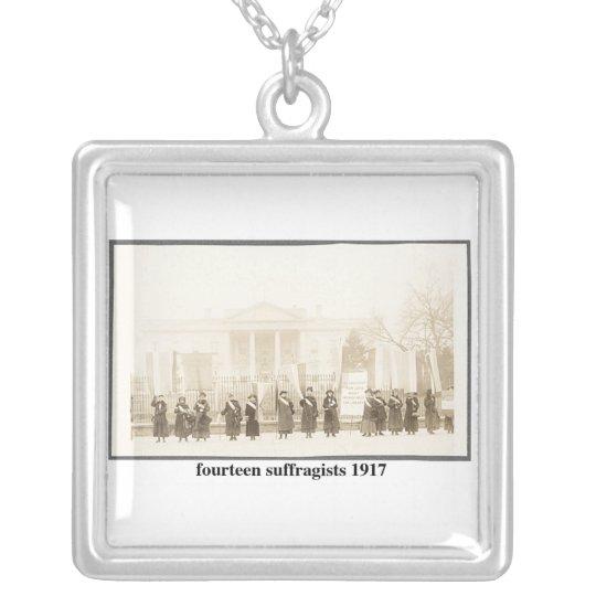14 Suffragists, 1917 Collar Plateado
