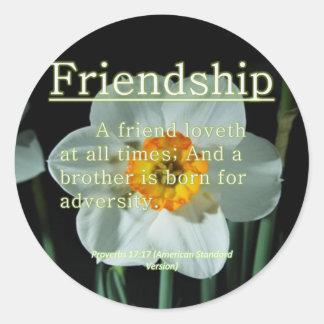 17:17 de los proverbios de la amistad pegatina redonda