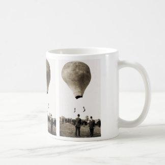 1880 acróbatas del globo del aire caliente taza de café