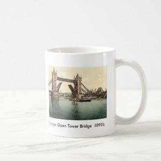 1890 s abiertos del puente de la torre de Londres Tazas De Café