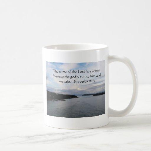 18:10 de los proverbios - el señor es una fortalez taza básica blanca