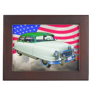 1950 embajador de Nash Car y bandera americana