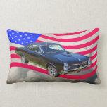 1967 Pontiac GTO y bandera americana Almohada