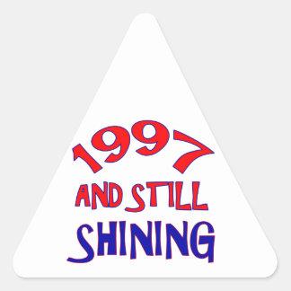 1997.png pegatina triangular