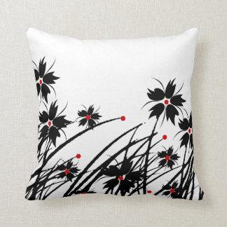 1 SISTEMA negro rojo floral del blanco 2 de la Cojín Decorativo