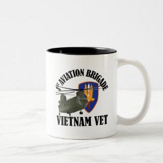 1r BDE Vietnam CH-47 de los AVN Taza De Dos Tonos