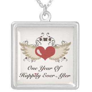 1r collar con alas del aniversario del corazón