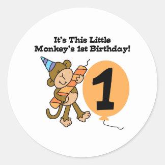 1r cumpleaños del pequeño mono pegatina redonda
