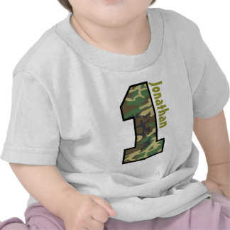 1r Muchacho Camo del cumpleaños un nombre de encar Camisetas