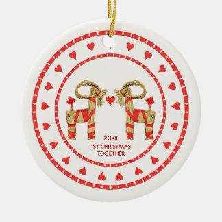 1r navidad de las cabras suecas de la paja junto a adornos de navidad