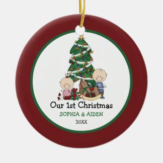 1r navidad de los gemelos lindos personalizado adorno redondo de cerámica