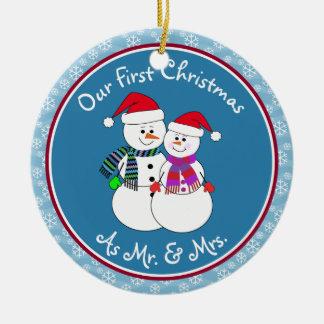 1r navidad de Personalized~Our como Sr. y señora Adorno Navideño Redondo De Cerámica