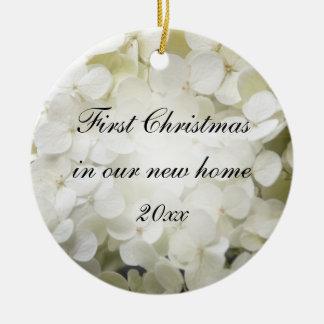 1r navidad del Hydrangea blanco en el nuevo Adorno Navideño Redondo De Cerámica