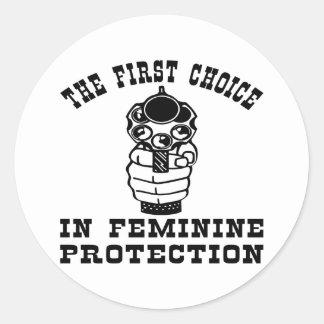 1r Opción en la protección femenina, un arma Pegatina Redonda