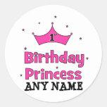 1r ¡Princesa del cumpleaños!  con la corona rosada Etiquetas Redondas