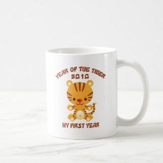 2010 años del bebé del tigre taza clásica