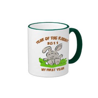 2011 años del regalo del bebé del conejo taza a dos colores