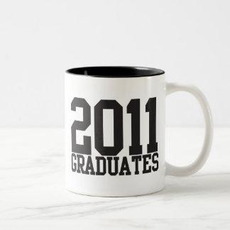 ¡2011 graduados en fuente enrrollada del bloque! taza de dos tonos