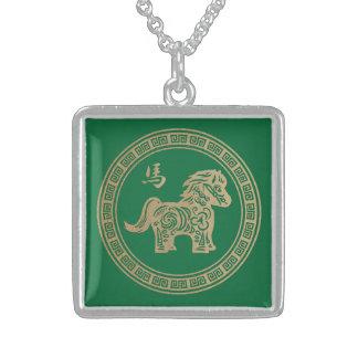 2014 años del caballo de madera verde collar de plata de ley
