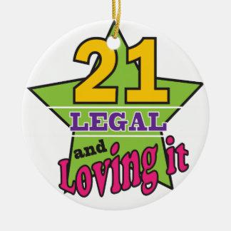 21 legal y amándolo adorno redondo de cerámica