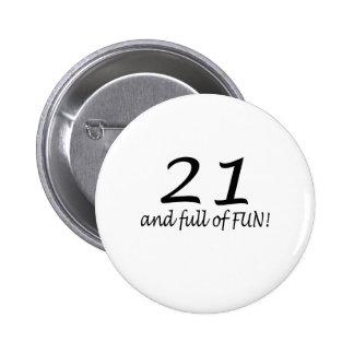 21 y lleno de la diversión (negro) pin redondo 5 cm