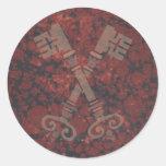 21ras llaves medievales contra el mármol rojo etiqueta redonda