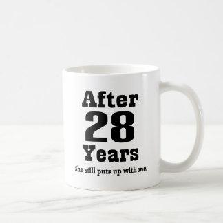 28vo cuarto Aniversario (divertido) Tazas