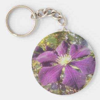 """2-1/4"""" flor púrpura apasionada del llavero redondo"""