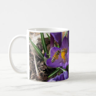 2 abejas en un azafrán taza clásica