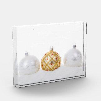 2 blancos y chucherías de oro del navidad 1
