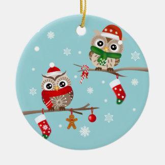 2 búhos en el ornamento de las ramas del navidad adorno navideño redondo de cerámica