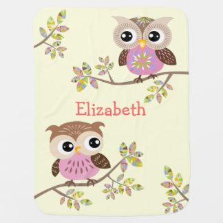 2 búhos lindos en la manta colorida del bebé de manta de bebé
