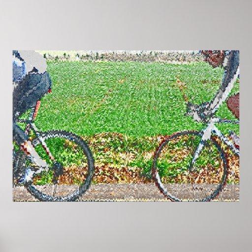 2 ciclistas delante de un campo verde póster