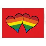 2 corazones del arco iris en rojo - de par en par  tarjetón