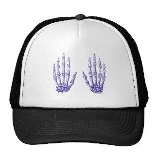 2 manos suben el azul gorras