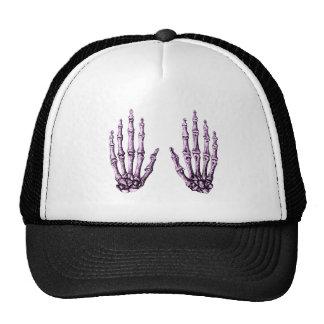 2 manos suben púrpura gorras de camionero