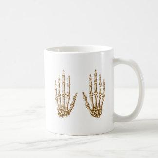 2 manos suben sepia tazas