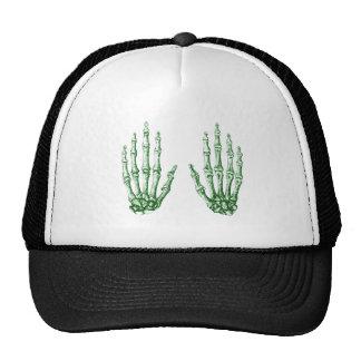 2 manos suben verde gorras de camionero