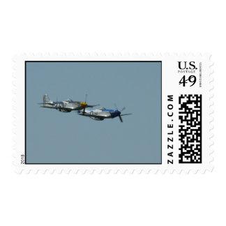 2 mustangos P-51 que vuelan de lado a lado Sello