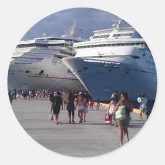 2 naves que sorprenden pegatina redonda