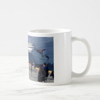 2 naves que sorprenden taza de café